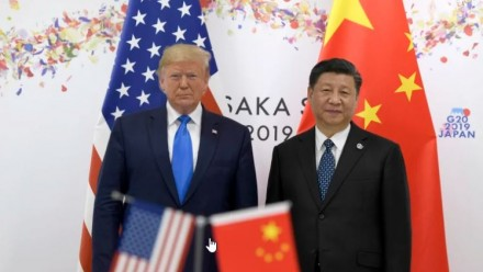 President Donald Trump and President Xi Jinping, in front of an American flag and Chinese flag.