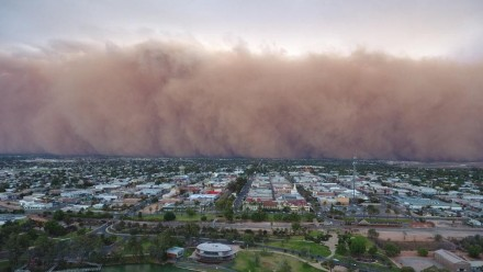 A photograph of a giant dust storm rolling towards the town of Mildura.