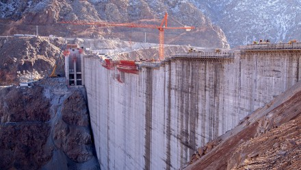 An image of a large dam under construction.